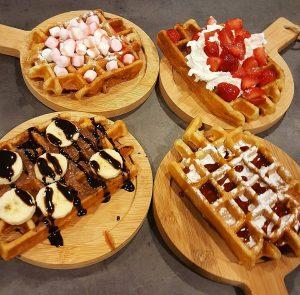 Luikse wafels met verschillende soorten toppings bij Frosted Wageningen.