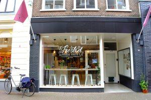 De buitenkant van de winkel Frosted Frozen yogurt op Hoogstraat 28 in Wageningen.