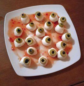 Halloween ogen op een bord.