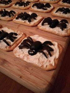 Crackers met roomkaas en 'spinnen'.