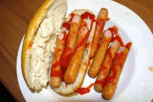 Een broodje met halloween vingers oftewel knakworstjes die er uitzien als vingers.
