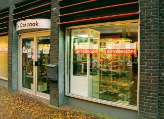 De Oorzaak in Wageningen met de opheffingsuitverkoop posters op de ramen.