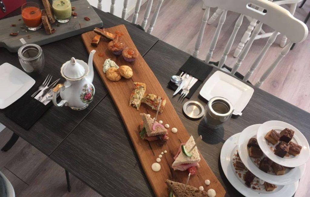 Fraai opgemaakte High tea bij Brownies and Downies Wageningen.