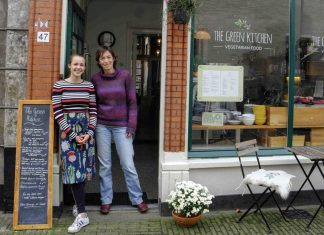 Foto: Tineke Bouwman (rechts) en Iris van Dijk voor The Green Kitchen in Wageningen.