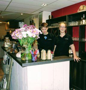 Mitchell (links) en Tessa achter de bar van Brownies and downies Wageningen. Foto: Tonny van Oosten