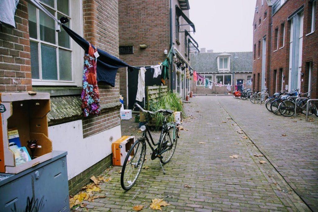 Een lange lijn van kleren verbindt Heerenstraat 9 met Vijzelstraat 1 in Wageningen.