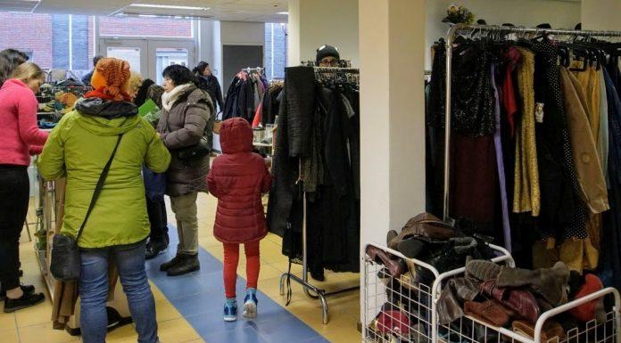 Drukte in de nieuwe kledingwinkel van Emmaus Regenboog aan de Vijzelstraat in Wageningen.