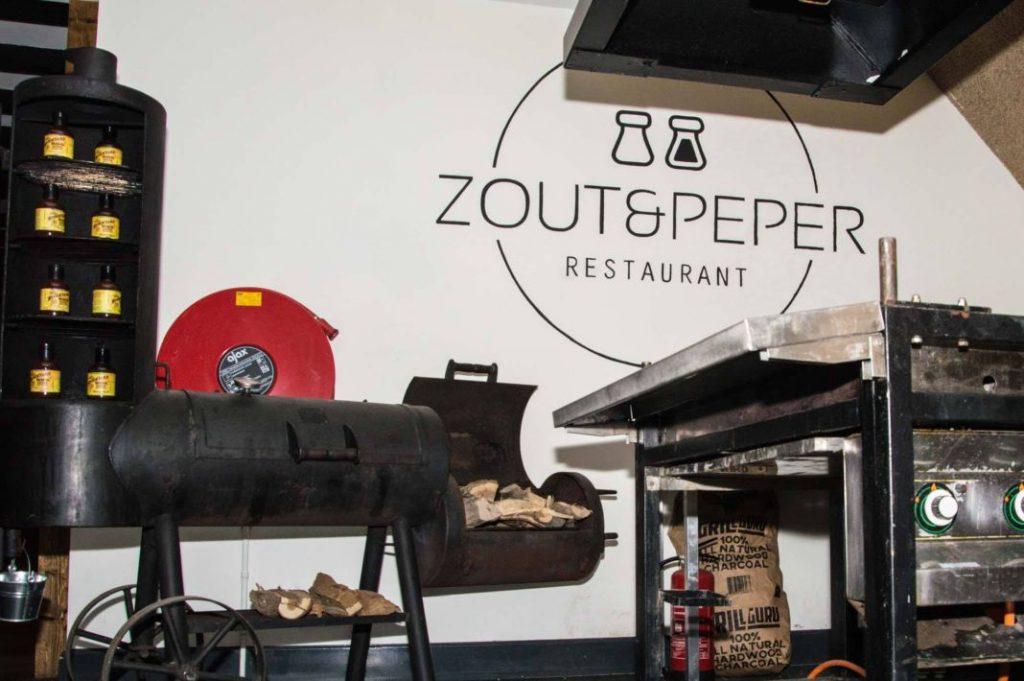 Centraal in Zout en Peper Wageningen staat een grote barbecue voor de berijding van het vlees.