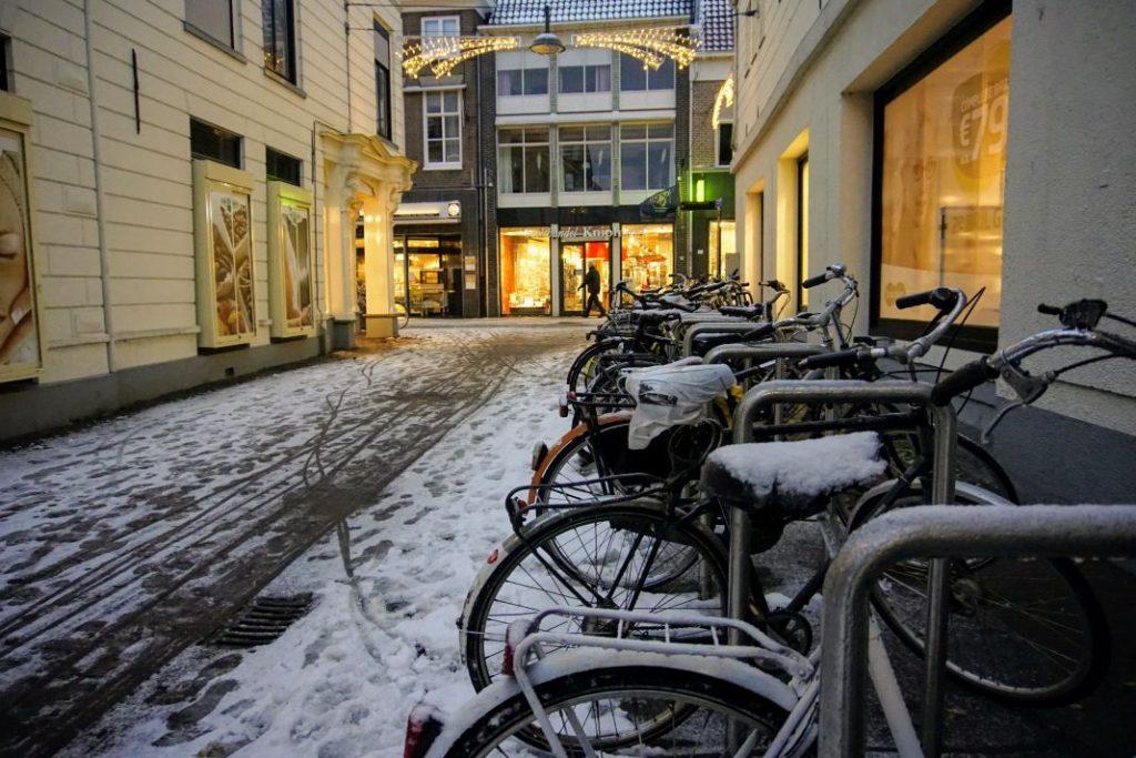 Sneeuw in de Nieuwstraat van Wageningen.