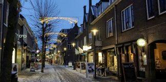 De Hoogstraat van Wageningen 's avonds, met sneeuw.